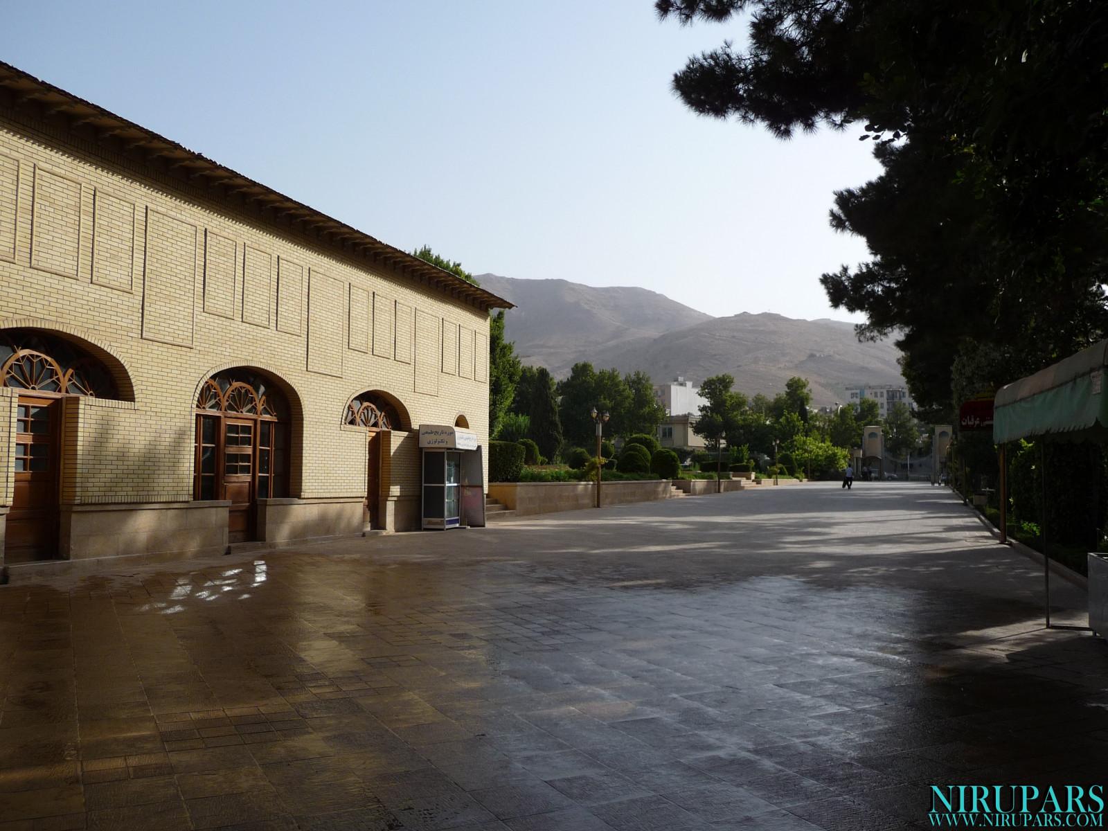 Baq-e Eram - Entrance - Teehouse