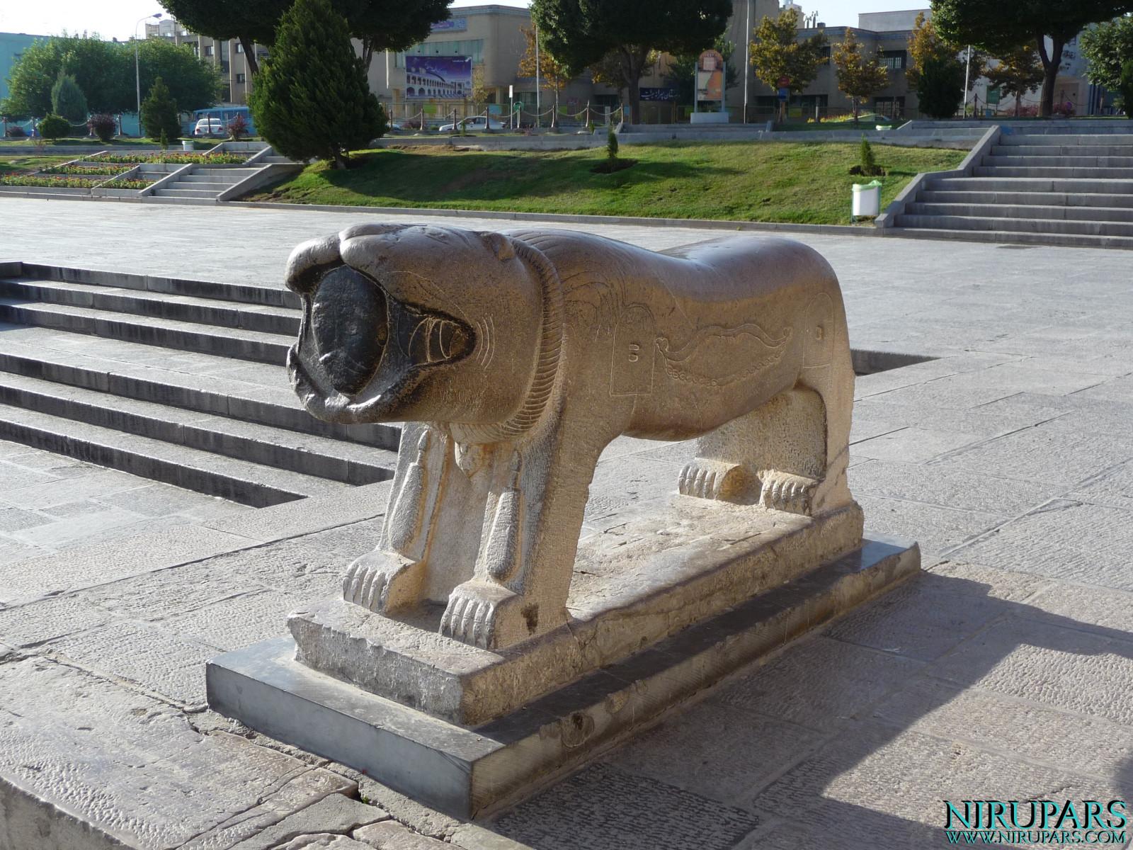 Pol-e Khaju - Figure Lion Stone
